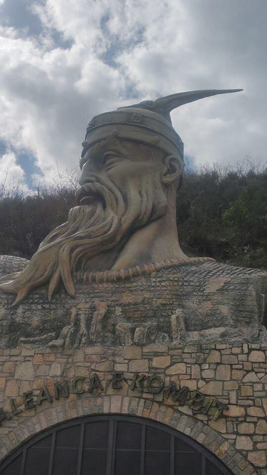 28907550_1733736293361021_724489168_n Është i gatshëm busti i Skënderbeut në Elbasan (VIDEO)