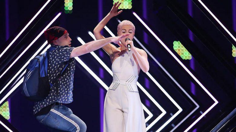Capture-5 Emigranti nga Shqipëria tregon pse e ndërpreu këngën e britanikes në Eurovizion 2018 (VIDEO)