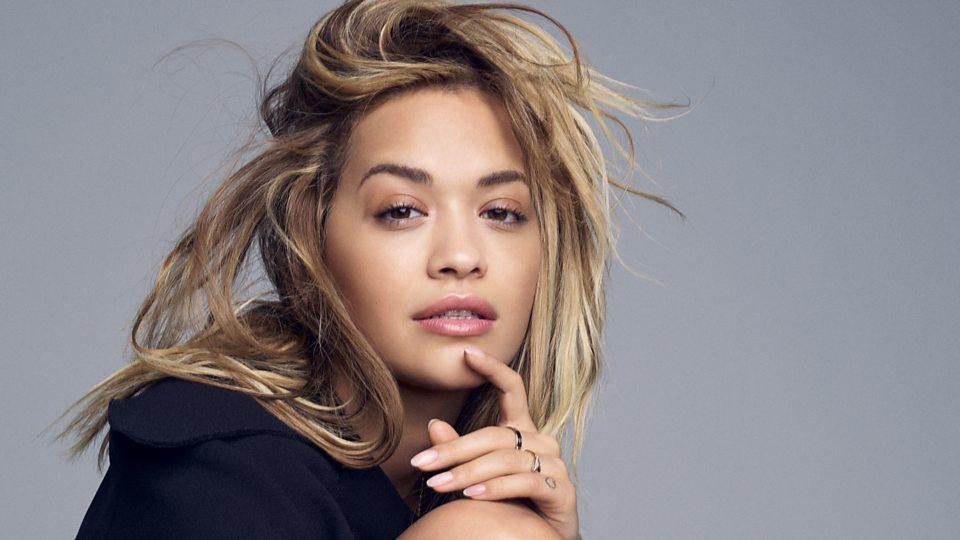 p06gn6v3 Rita Ora do të shesë në ankand veshjet e saj të turneve